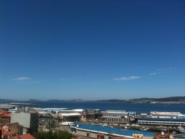 Puerto pesquero de Vigo con las Islas Cíes de fondo
