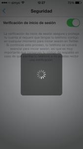 Esperando la verficiación de inicio de sesión en la app de Twitter (se queda así si no se permiten las notificaciones en la app de Twitter en el iPhone o terminal con Android)