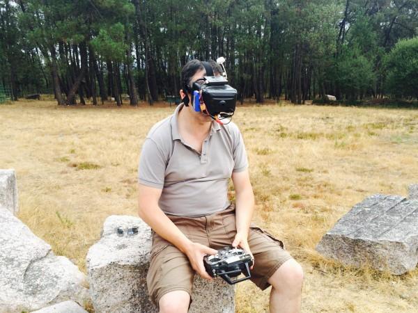 Luis García con su FPV (gafas para ver lo que visualiza su dron personal) y así poder pilotarlo