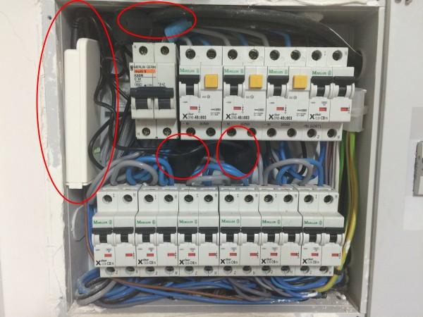 Cuadro eléctrico con el control de consumo de corriente instalado
