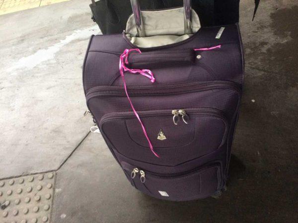 Añade un elemento que llame la atención a tu maleta para distinguirla