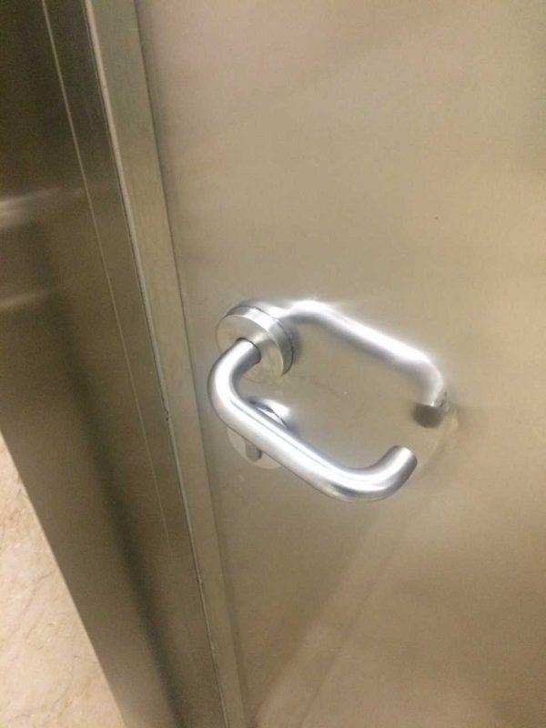 Los pomos de las puertas de los servicios no suelen estar muy limpios